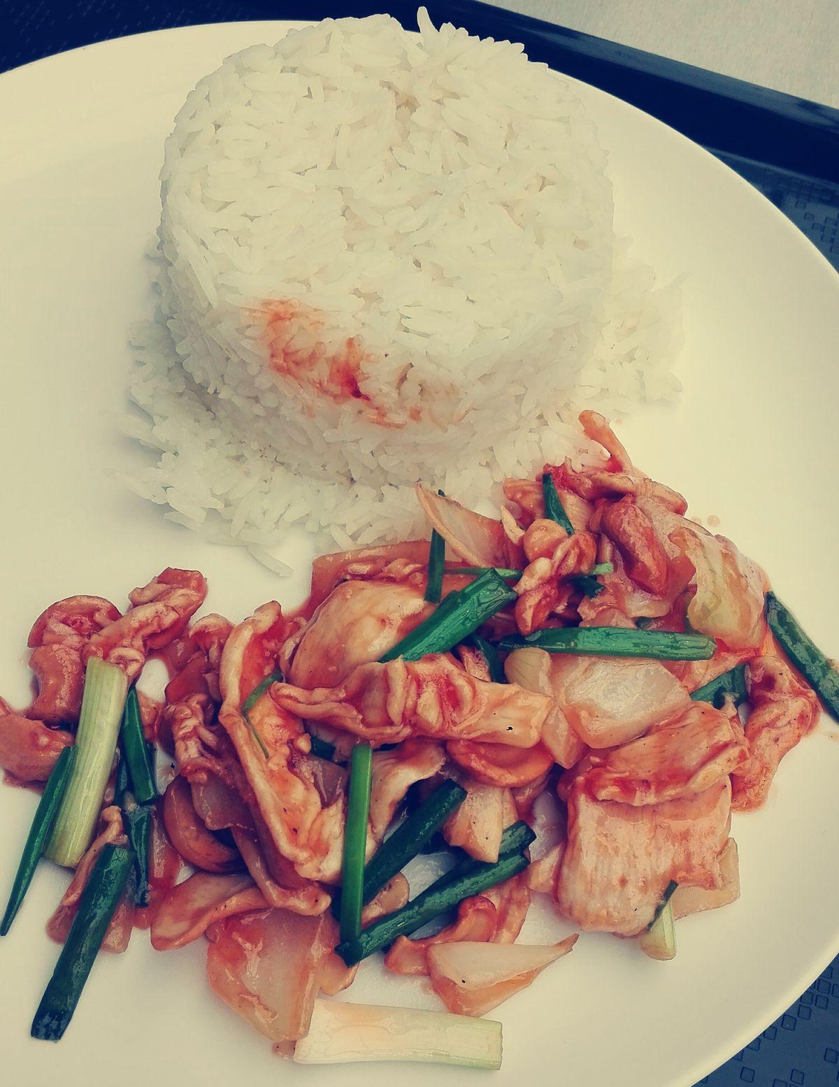 Kesudiós csirke rizzsel, mindenféle zöldségekkel
