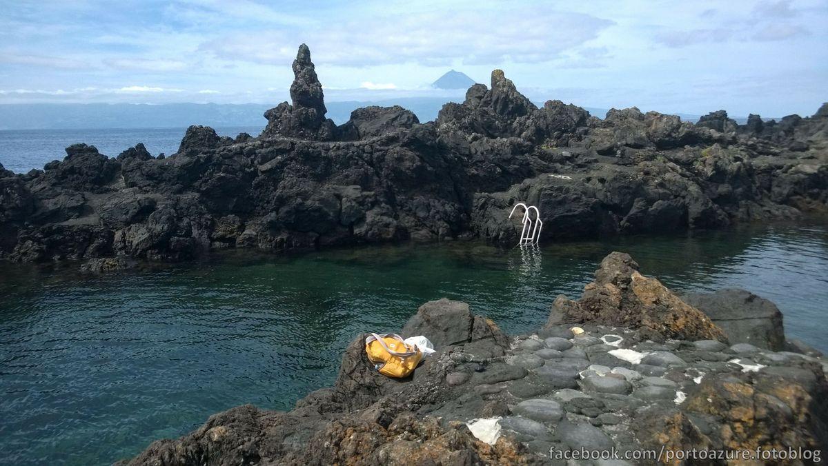 Fajã Grande, természetes medencék óvják a fürdőzőket a hideg hullámoktól, és szép időben innen is a Pico-ra látni