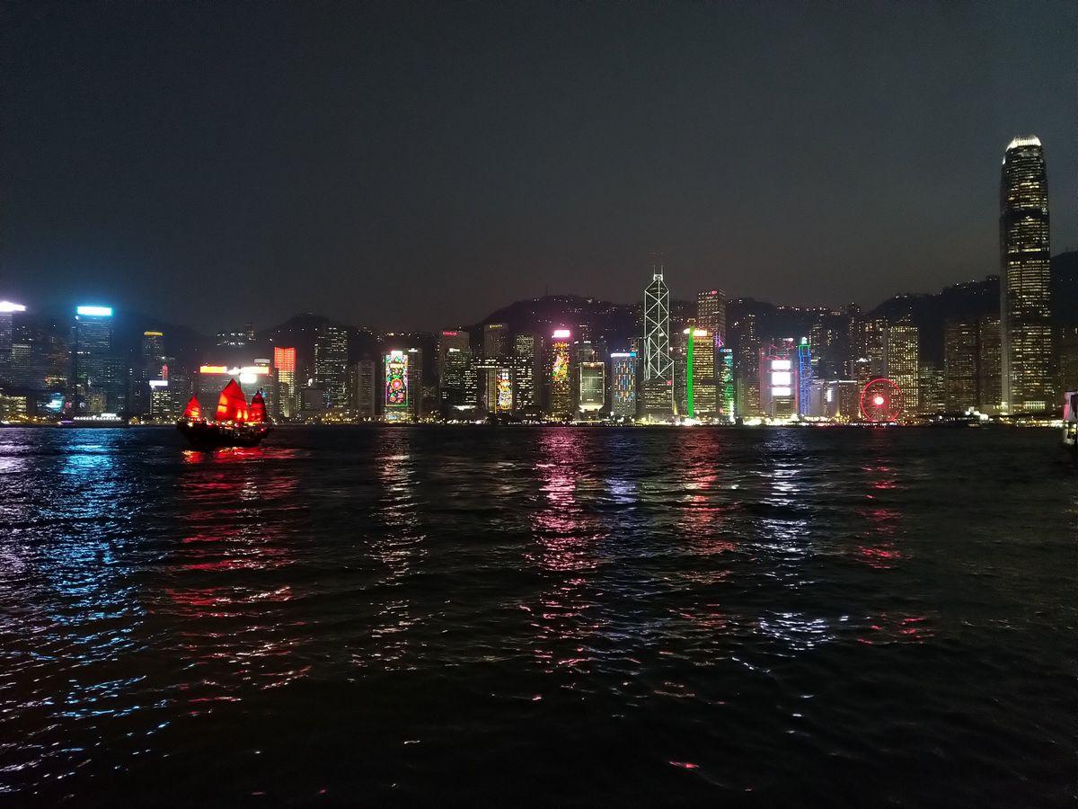 Hongkong élmények és látnivalók felhőkarcolók a parton